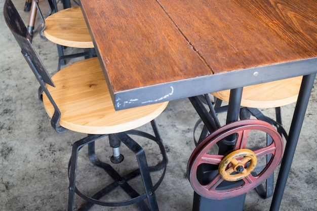 Silla de madera vintage en la habitación loft