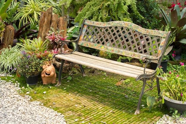 Silla de jardín de madera en el jardín.