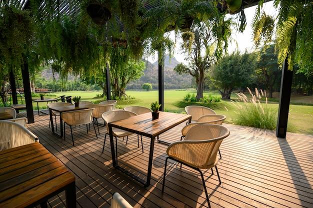Silla de madera con mesa en patio.