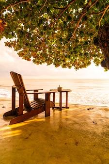 Silla de madera vacía con fondo de mar de playa