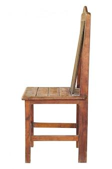 Silla de madera vieja aislada en blanco con trazado de recorte