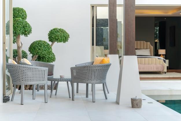 Silla y mesa en la casa de lujo.