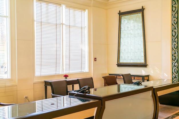 Silla y mesa decoracion edificio de oficinas
