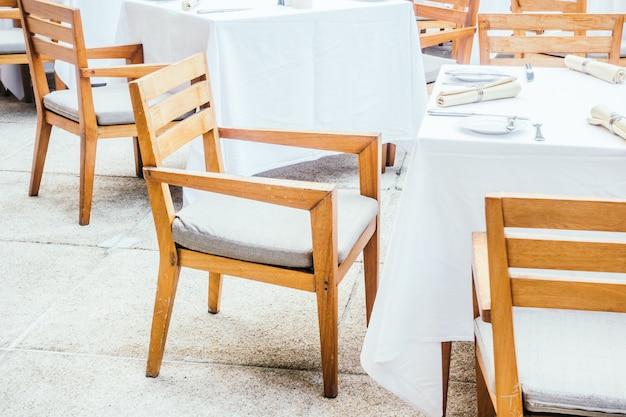 Silla y mesa en restaurante.