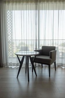 Silla y mesa vacías en la sala de estar