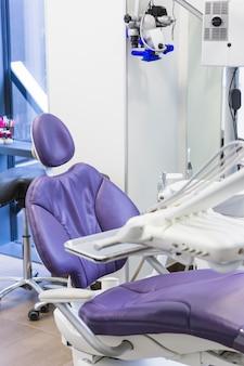 Silla moderna del dentista en la clínica