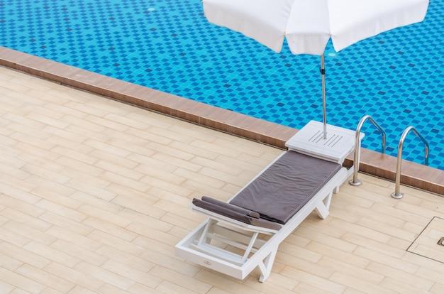 Silla y piscina en el hotel.