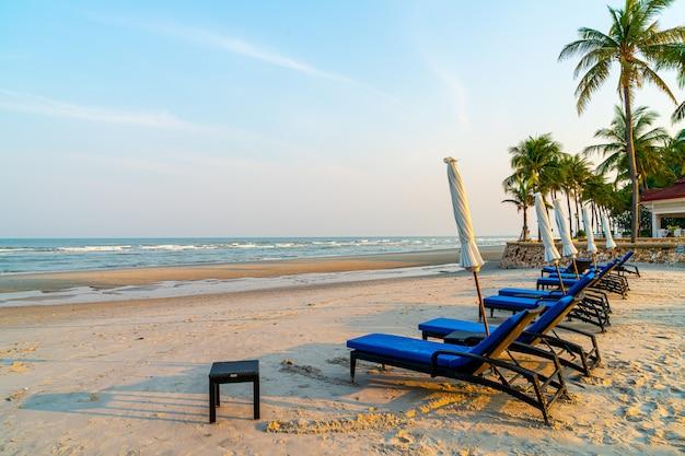 Silla de playa en playa con mar y cielo