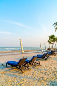 Silla de playa vacía en la playa con fondo de cielo y mar