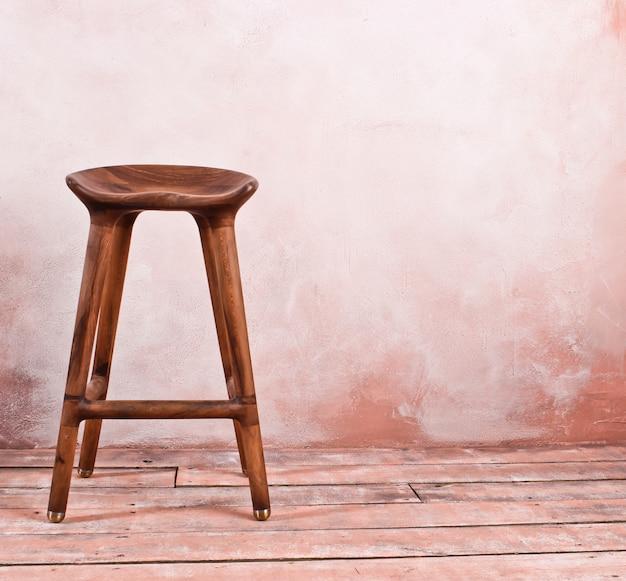 Silla retro de madera en la mesa de pared. copia espacio interior vintage