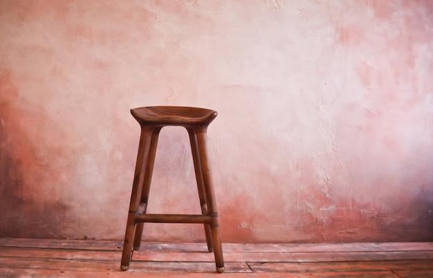 Silla retro de madera en la pared. copia espacio interior vintage