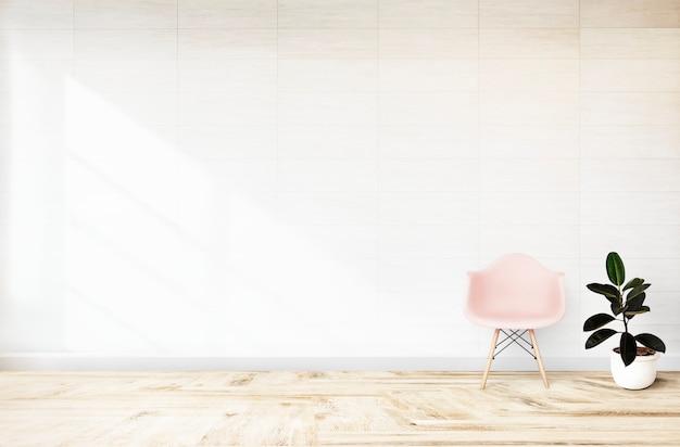 Silla rosa en una habitación blanca.