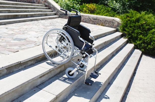 Silla de ruedas cerca de los escalones.