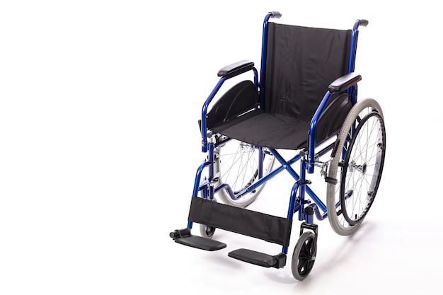 Silla de ruedas para discapacitados sobre un fondo blanco.