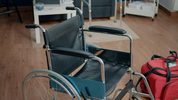 Silla de ruedas y maletín médico en un centro de enfermería