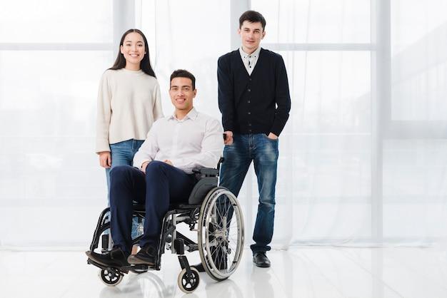 Una silla de ruedas médica vacía en la habitación.