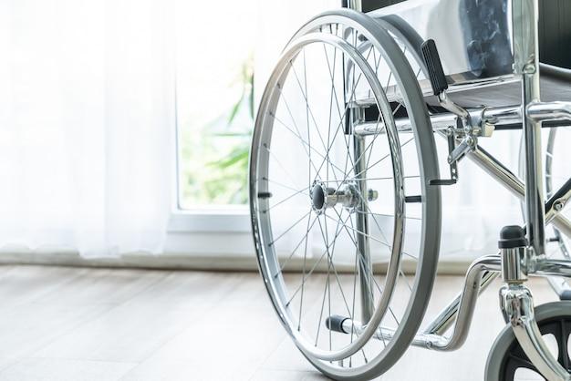 Silla de ruedas vacía en una habitación