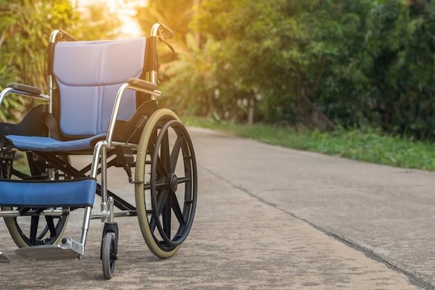 Silla de ruedas vacía para pacientes o personas mayores o mayores en la casa delantera, concepto médico saludable