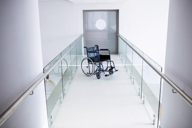 Silla de ruedas vacía en el pasillo
