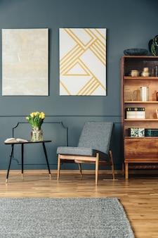 Silla tapizada y estantería de madera.