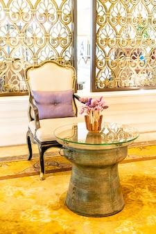 Silla vacía y decoración de mesa en hotel resort.
