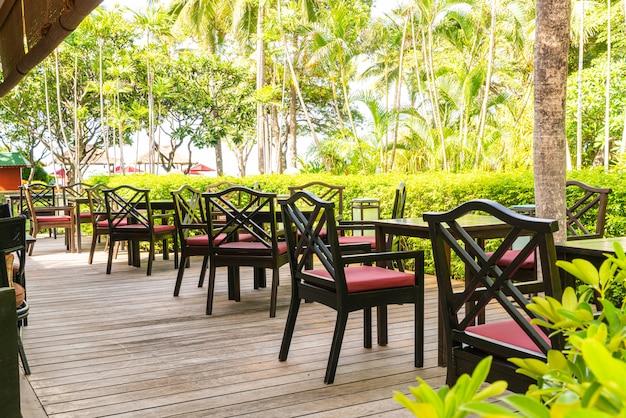 Silla vacía y mesa en cafe restaurante