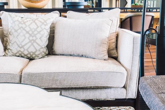 Silla vacia y sofa