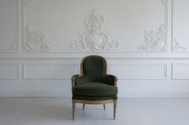 Silla vintage en el interior de la sala de antigüedades