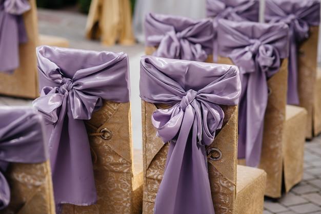 Sillas bellamente decoradas y arregladas para un banquete festivo. decoración, boda.