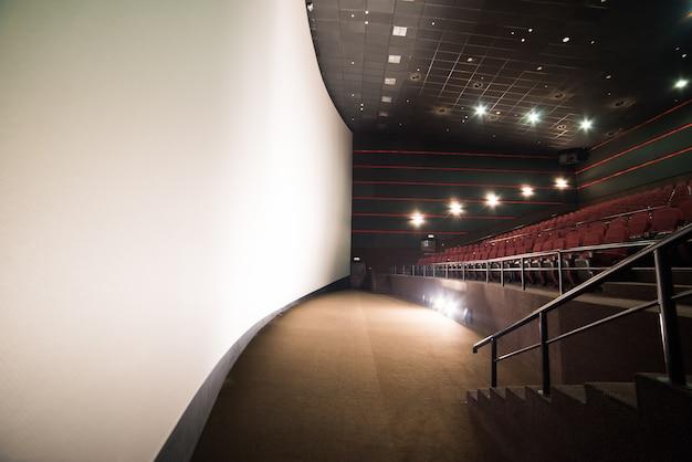 Sillas en blanco en una sala de cine con una pantalla en blanco