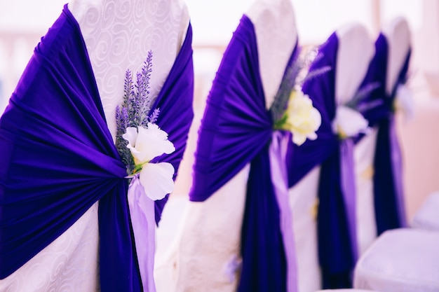 Sillas de boda para invitados decoradas con cintas