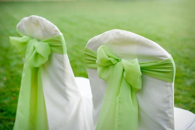 Sillas decoradas con lazos verdes