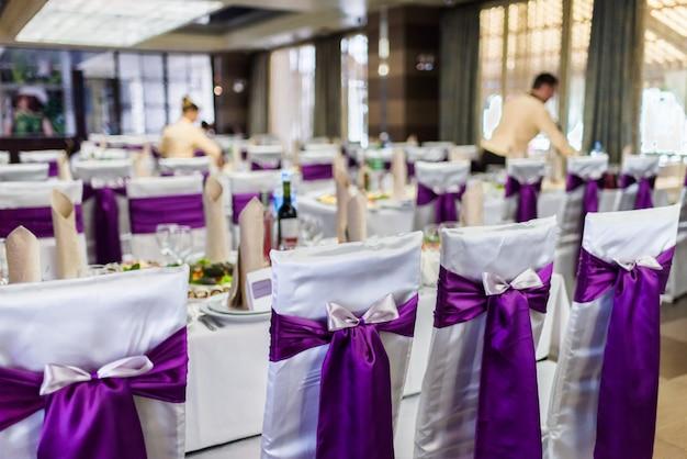 Sillas decoradas en el restaurante de bodas.