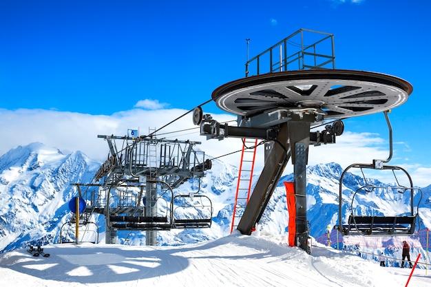 Sillas de elevación de esquí en el brillante día de invierno