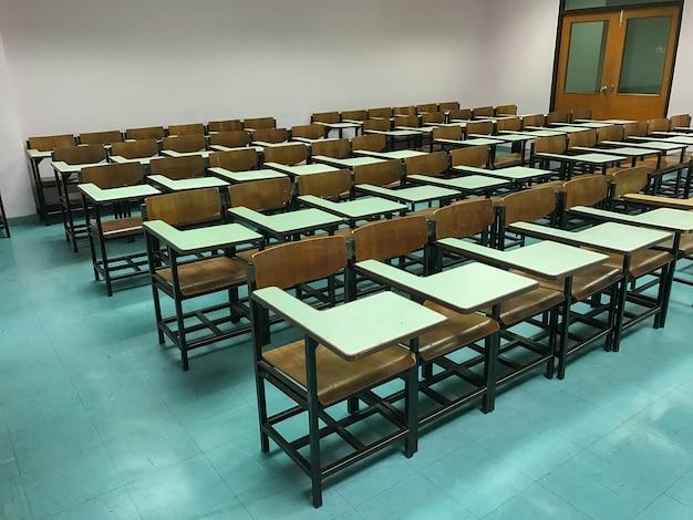 Sillas de madera en el fondo del aula