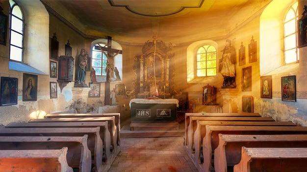 Sillas de madera marrón en la capilla.