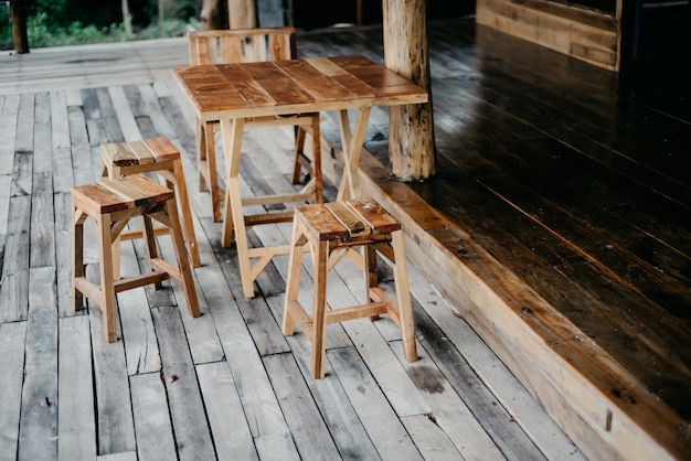 Sillas y mesas de madera.