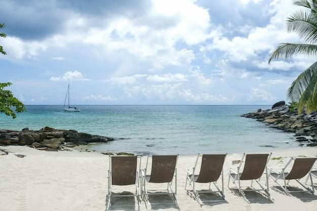 Sillas de playa tropical para el fondo.