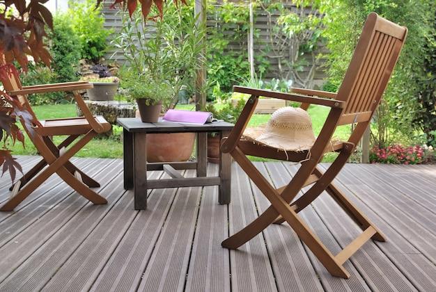 Sillas para relajarse en la terraza de madera en un jardín.