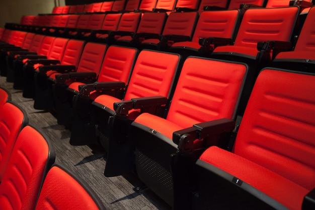 Las sillas rojas sin gente en el cine.