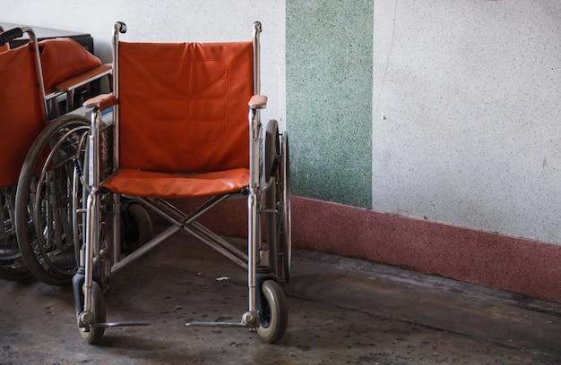 Sillas de ruedas de apoyo para ancianos, personas de la tercera edad, discapacitados en el fondo de la esquina