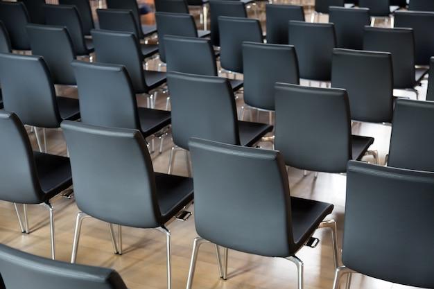 Sillas en la sala de conferencias