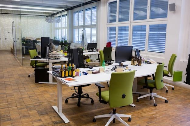 Sillas vacías y una mesa en la oficina