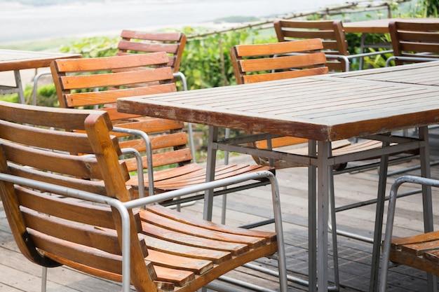 Sillas y mesa al aire libre en verano
