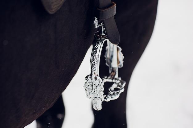 Sillín inglés estribo de cuero y guardabarros closeup - silla de montar a caballo para la venta