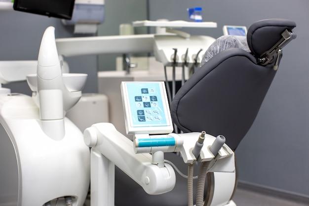Sillón dental con herramientas médicas