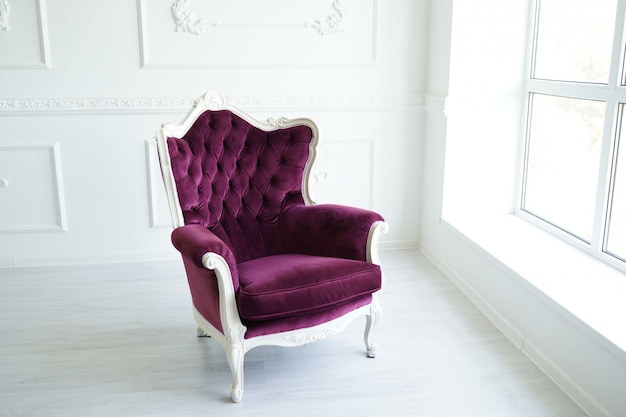 Sillón elegante en lujoso interior limpio blanco brillante