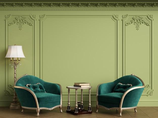 Sillones clásicos en interior clásico con marco clásico vacío en la pared. gamma verde