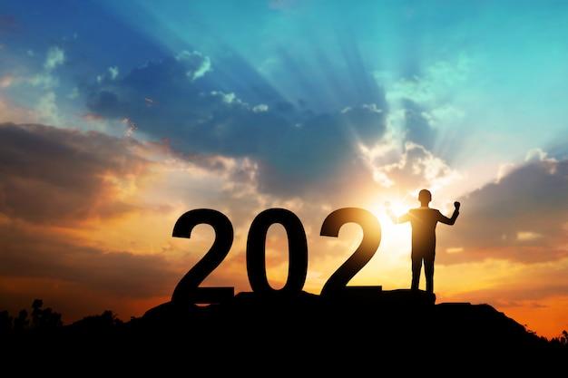 Silueta de año nuevo 2021, feliz año nuevo y concepto de celebración