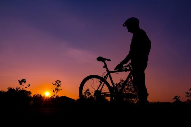 Una silueta de biker al atardecer
